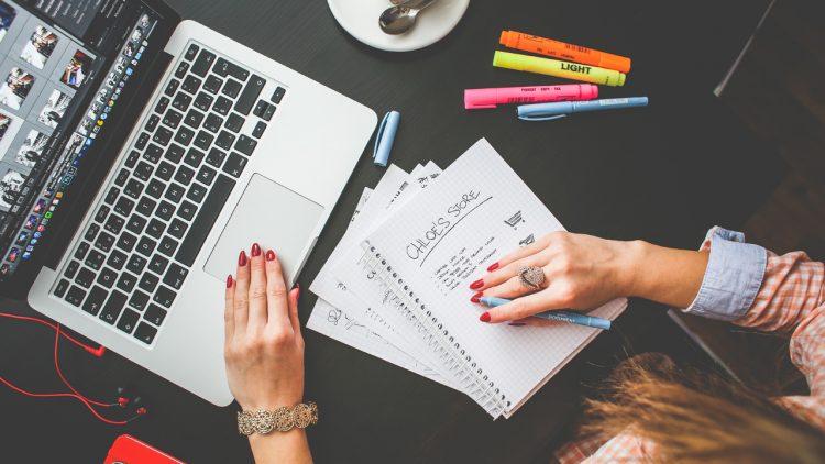 Giỏi ngoại ngữ nên học ngành biên tập viên